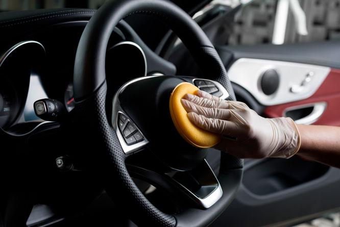 Foco na limpeza dos pontos de contato dentro e fora do carro